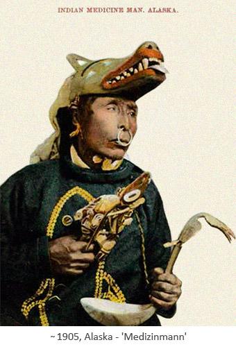 kolorierte Postkarte: Medizinmann mit Wolfmaske auf dem Kopf ~1905, Alaska
