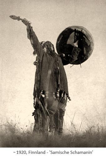sw Fotopostkarte: singende Samische Schamanin mit Trommel ~1920, Finnland