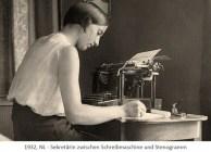 sw Foto: Sekretärin zwischen Schreibmaschine und Stenogramm - 1932, NL