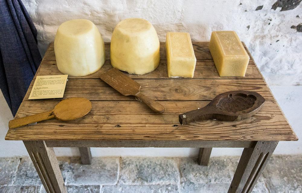 Farbfoto: auf Tisch liegende Butterstücke und Formen