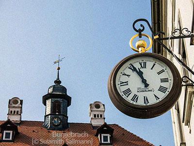 Farbfoto: Uhr an Ausleger eines Uhrmacherladens in Burgebrach - 2014, Franken