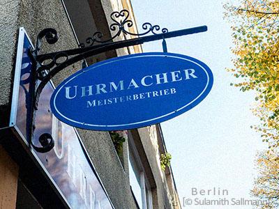 Farbfoto: Uhrmacherschild an Ausleger - 2018, Berlin