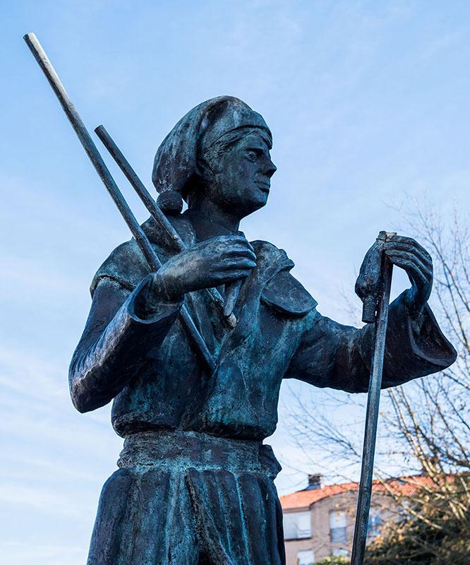 Bronzefigur: Mann mit Feuerwerken