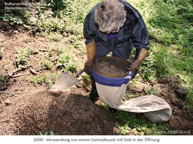 Farbfoto: Verwendung von einem Getreidesack mit Sieb in der Öffnung - 2008, AT