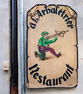 Restaurantschild mit Armbrustschützen