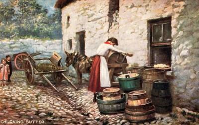 Postkarte: Frau arbeitet am Butterfass