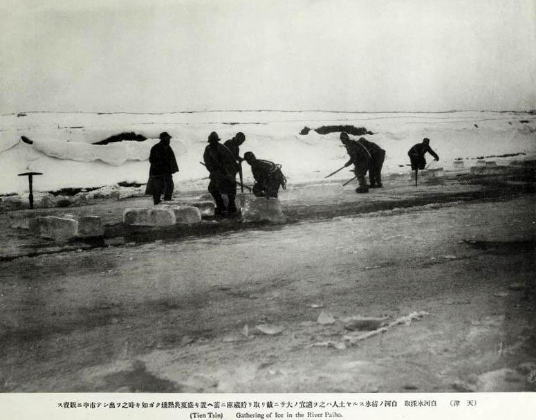 altes sw-Foto: Männer brechen Eis aus einem zugefrorenen Fluss