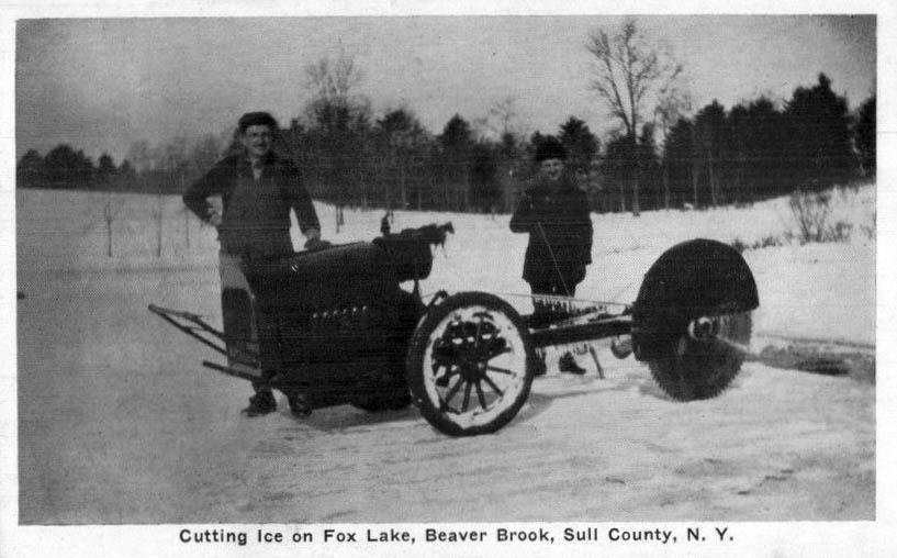 sw-Foto zwei Männer mit selbstgebauter Eissägemaschine