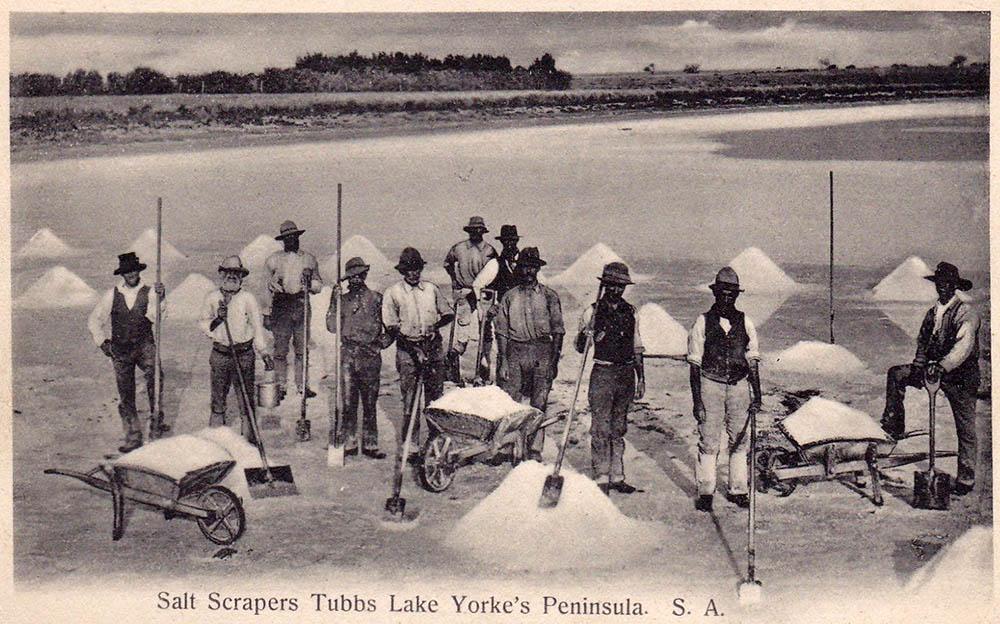 altes sw-Foto: Salzarbeiter stehen vor Salzhäufchen