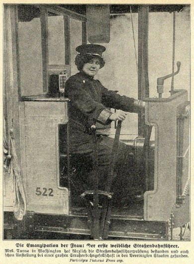 sw-Foto: Frau fährt Tram