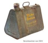 Farbfoto: dreieckiger 10 Liter Benzinkanister von 1923