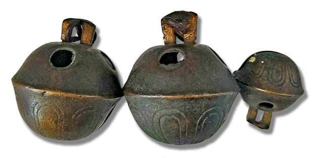 drei alte kugelförmige Metallglöcken