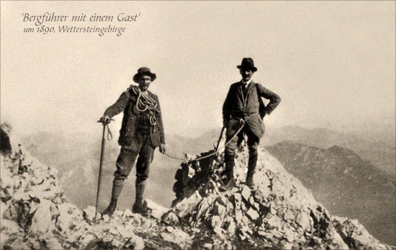 sw Foto: Bergführer mit Gast auf einem Gipfel im Wettersteingebirge ~1890