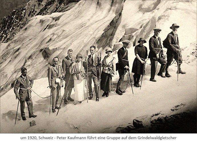 sw Foto: Peter Kaufmann führt eine Gruppe auf dem Grindelwaldgletscher ~1920, Schweiz