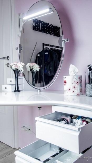 er gehört in das Zimmer jeder Beauty Queen! Alle Mädchen wollen ihn, sobald sie wissen, dass ihre Barbie ihn auch hat – den Schminktisch. Mehr Ordnung für deinen Schminktisch #interior # white #makeuptable #mirror #beauty