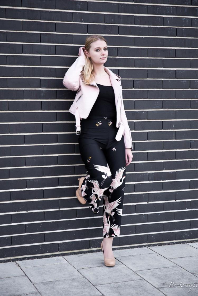 Warum Geduld so wichtig ist, Flower Power und Blumenmuster mehr sind als nur ein Trend und schnelle Tipps für mehr Geduld im Alltag + lässiger Streetstyle mit Culotte mit Print und Rosa Lederjacke. Der perfekte Blogger-Frühlingslook von Zara.