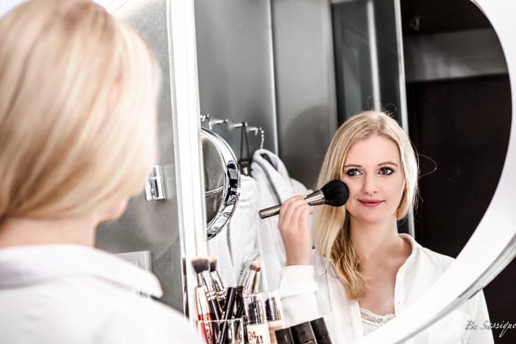Endlich ist es so weit - der Date Tag ist da! Aber wie sollst du dich schminken? Mit diesen einfachen Tipps zauberst du das perfekte Date Make-up von der richtigen Foundation über den sexy Augenaufschlag bis zu dem perfekten Kussmund. Shootinglocation: Sofitel Munich Products: Mac Lipstick, Eyeliner, Foundation, Concealer, Mascara