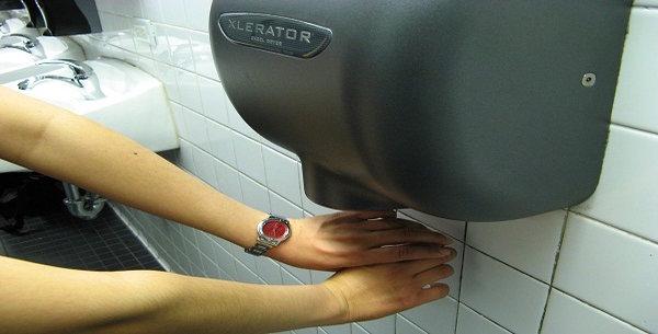 مجففات الأيدي في الحمامات العامة