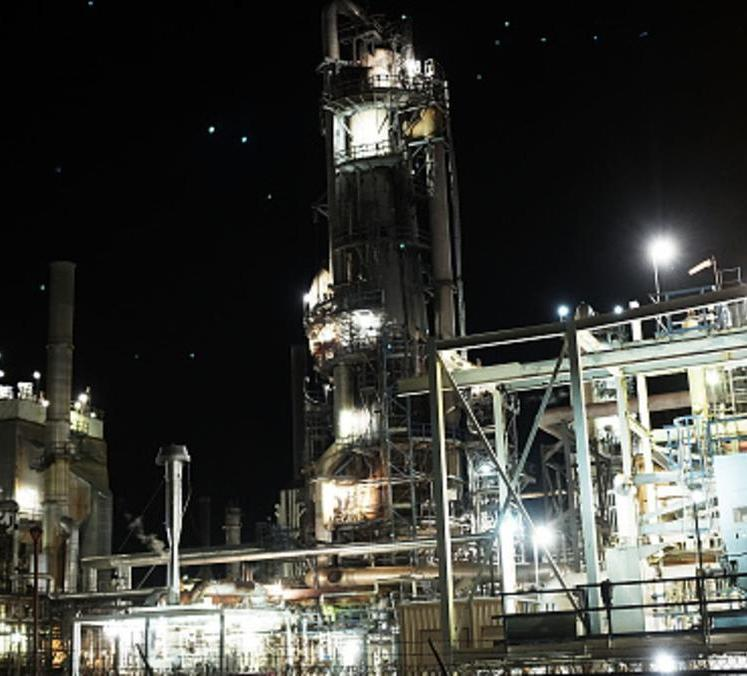 النفط يتراجع بفعل تخمة المعروض والدولار