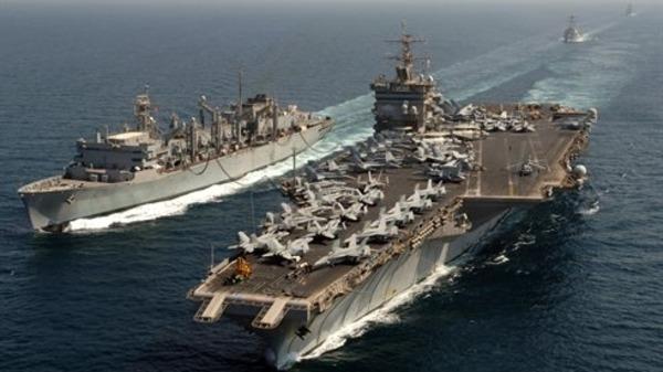 سفينة أميركية تطلق أعيرة تحذير نحو زورق إيراني بالخليج