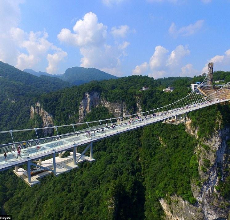 الصين تفتتح أطول وأعلى جسر زجاجي في العالم