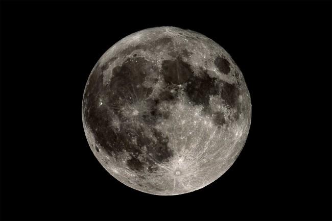 مقبرة على سطح القمر .. والمزيد من الحقائق الغريبة عنه !