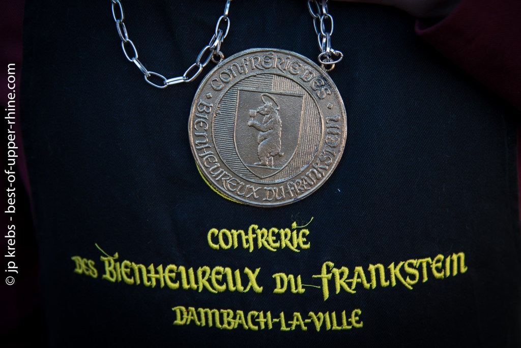 The bear is the emblem of the city. It appears on the medal of the Confrérie des Bienheureux du Frankstein
