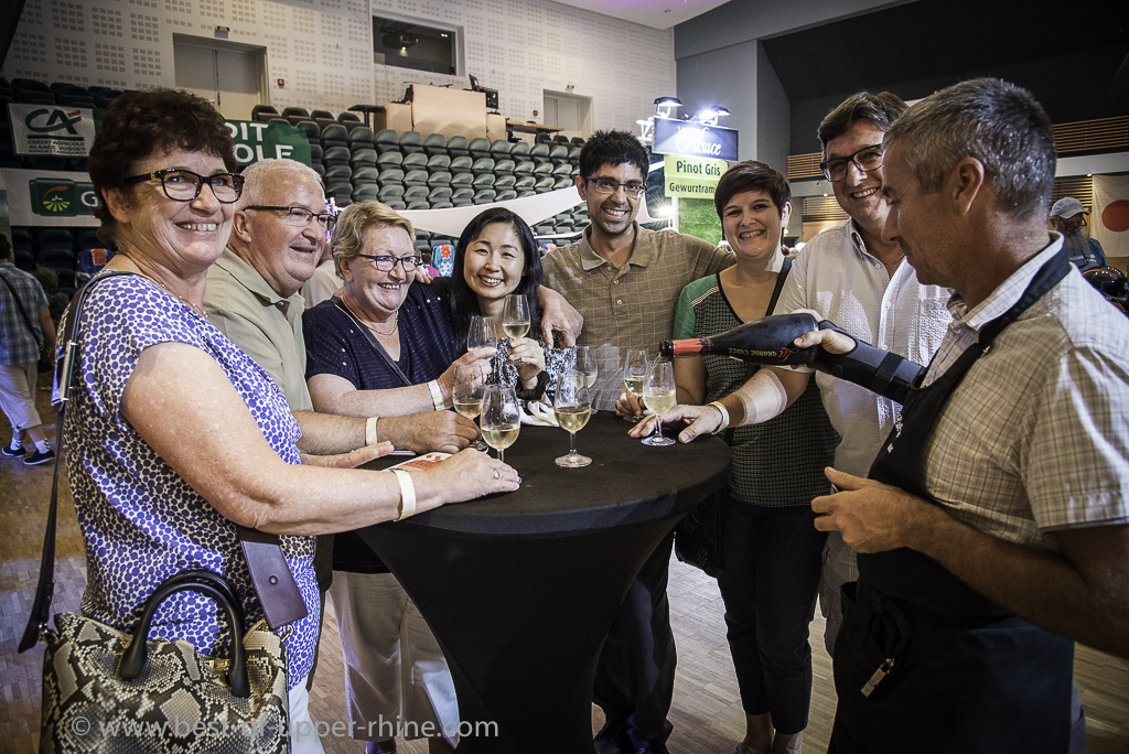Conviviality and tasting around high tables: enthusiastic visitors coming from Ribeauvillé and the neighboring villages but also sometimes from far away!