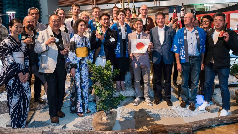 Family picture: Alsatian winegrowers of Ribeauvillé and producers of Japanese sake ... Foreign guests of this 88th Festival of Wine and Gastronomy.