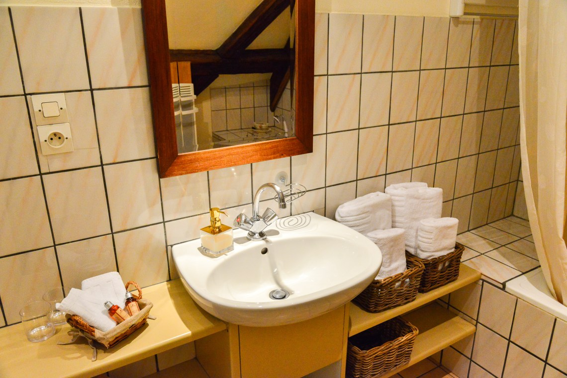 The bathroom of the Klevner, charming holiday apartment in Riquewihr on the Alsace Wine Route, ideal for a family of 2 adults + 1 child.