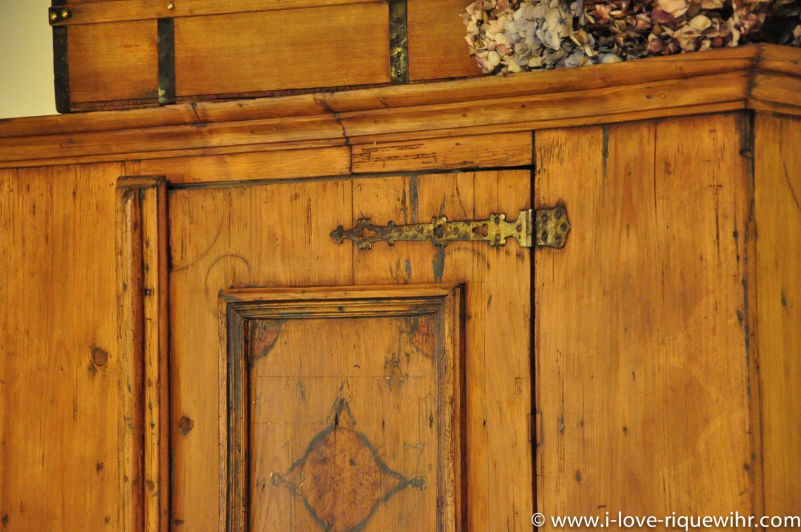 The Sylvaner, charming holiday apartment for 2 persons in Riquewihr is decorated with old traditional Alsatian cabinet