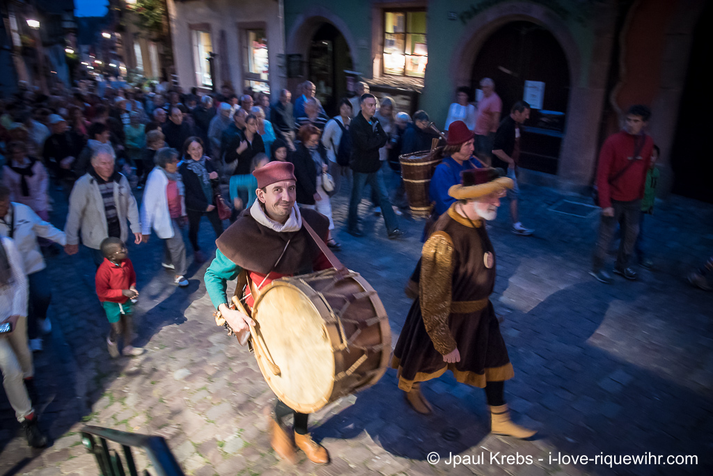 Step by step and the sound of the drum, the group advances in the streets of Riquewihr ...