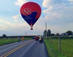 Balão a flutuar sobre estrada