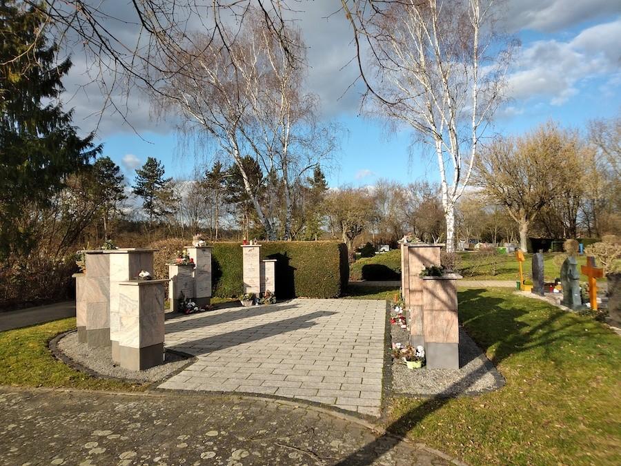 Friedhof Karlsdorf Urnenstele