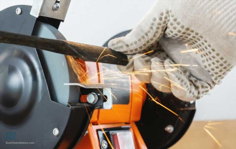 Sharpening the mower blade of a lawn mower with an electric sharpener