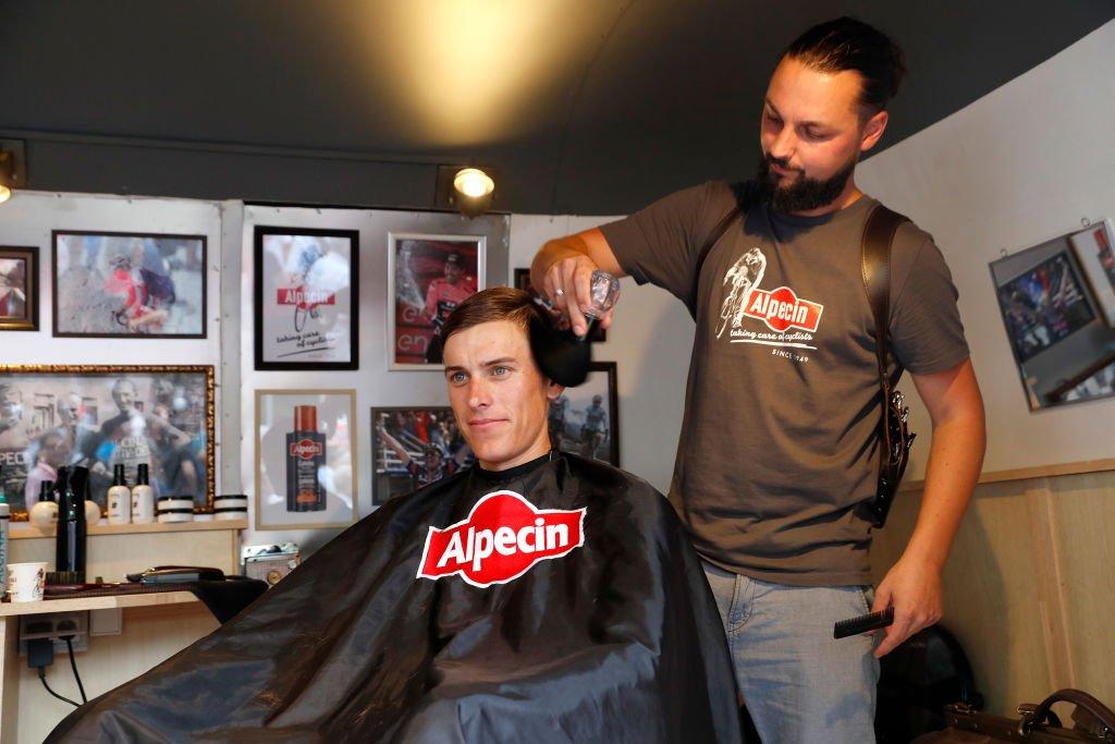 Un homme et son coiffeur. | source : Getty Images