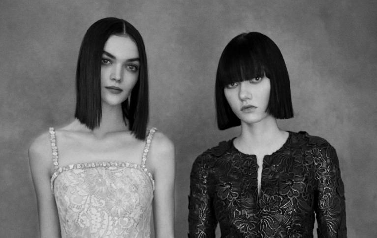 Sept façons de porter le carré lisse repérées au défilé Chanel