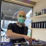 À Lamballe, ce DJ mixe dans les commerces par solidarité