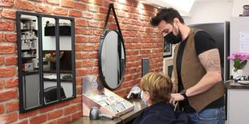 """""""Ne trouvant personne à recruter, je suis à 60h par semaine"""": ce coiffeur de Fréjus fait face au manque de candidatures"""