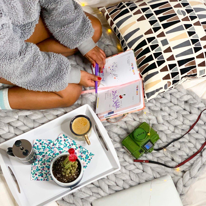 DIY Arm Knitting Yarn Blanket Tutorial