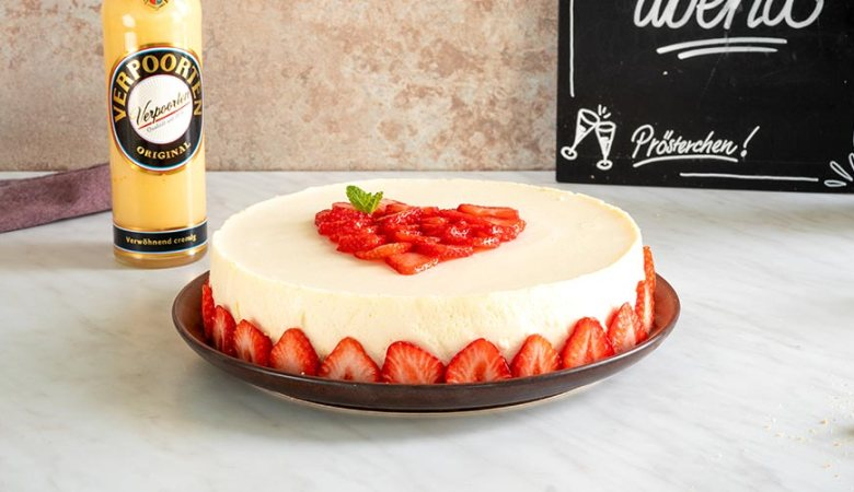 Erdbeer-Kokos-VERPOORTEN-Torte neben einer Flasche Eierlikör
