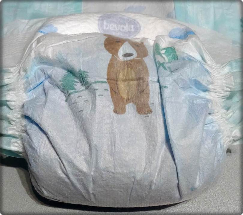 Die Außenseite der Bevola Baby Premium Windeln 6 XL nach dem Saugstärketest