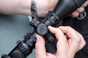 Can a hunter manage a single rifle scope