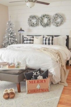 Amazing Winter Bedroom Decorating Ideas For Your Comfortable Sleep16