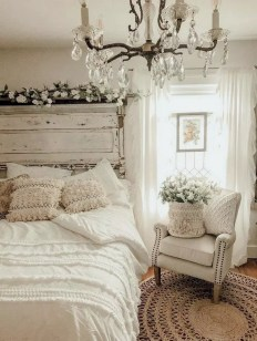 Amazing Winter Bedroom Decorating Ideas For Your Comfortable Sleep21