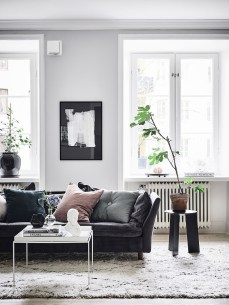 Luxury Black Leather Living Room Sofa Ideas For Comfortable Living Room30