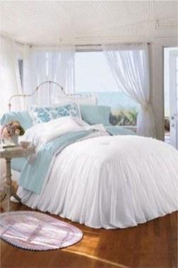 Impressive Coastal Bedroom Decorating Ideas36
