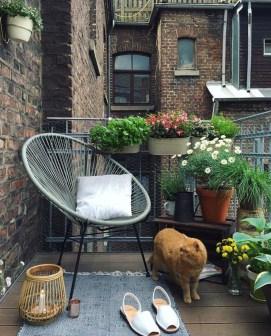 Cozy And Beautiful Green Balcony Ideas15
