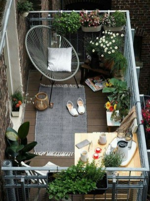 Cozy And Beautiful Green Balcony Ideas36