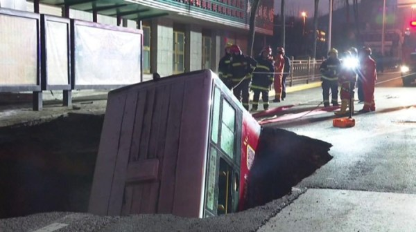 China: bus plunged in massive sinkhole, at least 6 dead - Best in Australia